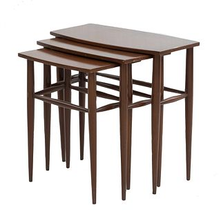 Juego de mesas nido. Siglo XX. En talla de madera. Consta de 3 mesas. Con cubiertas rectangulares, fustes y soportes lisos.