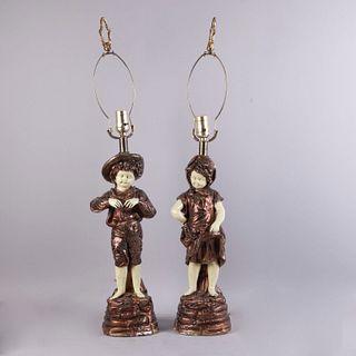 Lámparas de mesa, pareja de complices. Siglo XX. Elaboradas en yeso barnizado monocromático, acabado brillante. Para 1 luz. Pz: 2