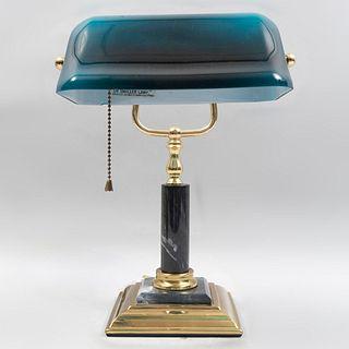 Lámpara de escritorio. Taiwan, siglo XX. Estructura de latón con aplicaciones de mármol gris y pantalla azul de vidrio.