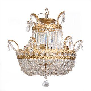 Candil. Siglo XX. Estructura de metal dorado con hilos de cristal, almendrones y pendiente, decorado con cenefas orgánicas y pendiente.