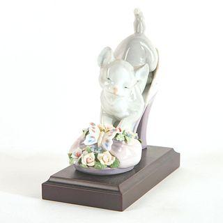 A Purr-fect Fit 1006775 - Lladro Porcelain Figure