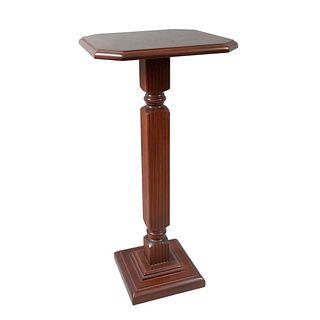 Pedestal. Siglo XX. En talla de madera. Con cubierta cuadrangular con enchapado y fuste acanalado. 74 x 36 x 36 cm