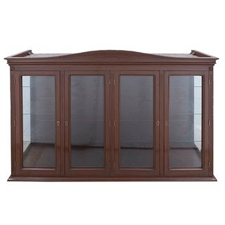 Vitrina. Siglo XX. Elaborada en madera. Con cubierta rectangular, 4 puertas abatibles de cristal y soporte tipo zócalo.