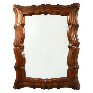 Espejo. Siglo XX. Diseño amoldurado. En talla de madera. Con luna rectangular. 90 x 70 cm