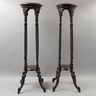 Par de pedestales. Siglo XX. En talla de madera. Con cubiertas circulares y fustes entorchados. 102 x 33 x 33 cm