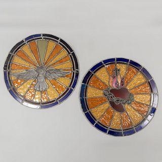 Lote de 2 vitrales. SXX En vidrio emplomado de diferentes colores. Decorados con el Espíritu Santo y Sagrado Corazón. 44 cm diámetro