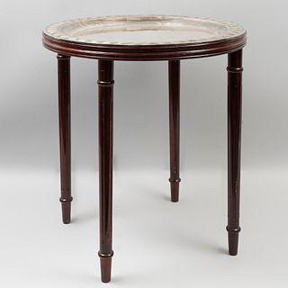 Mesa de servicio. Siglo XX. En talla de madera de caoba. Con charola de metal plateado desmontable a manera de cubierta. 51 x 51 cm Ø