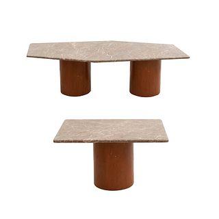 Juego de 2 mesas. Siglo XX. Con cubiertas de mármol y bases de madera. Consta de: Mesa de centro y mesa auxiliar.