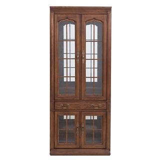 Vitrina. Siglo XX. Elaborada en madera aglomerado y triplay. Con 4 puertas abatibles, cajón intermedio y soporte tipo zócalo.