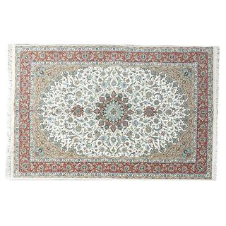 Tapete. Turquía. Siglo XXI. Estilo tabriz. Elaborado en fibras de lana y algodón. Decorado con rosetón central.