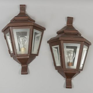 Par de arbotantes. Siglo XX Diseño a manera de farolas. Elaboradas en metal. Para una luz. Con puertas abatibles y laterales de vidrio.