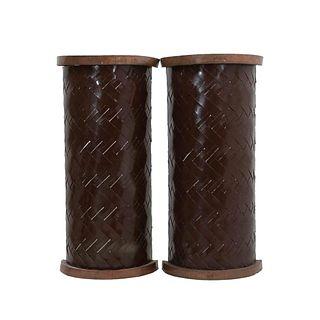 Par de arbotantes SXX. Diseño semicilíndrico. En talla de madera. Electrificadas para una luz. Decoradas en bajo relieve entretejido.