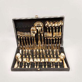 Juego de cubiertos. Italia. Siglo XX. Elaborados en metal dorado. Con estuche. Con certificado de autenticidad. Total de piezas: 50