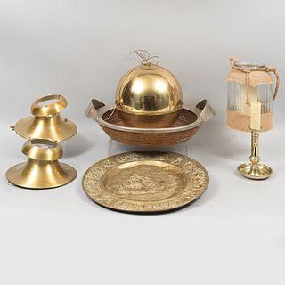 Lote mixto de 7 piezas. Siglo XX. Elaborados en latón, vidrio, metal y mimbre tejido. Consta de: esfera, platón decorativo, otros.