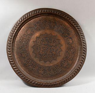 Charola. Persa. SXX Elaborada en cobre. Para cubierta de mesa. Decorada con elementos orgánicos, moros a caballo y aves. 89 cm diámetro