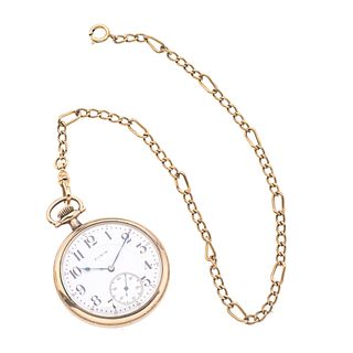 Reloj de bolsillo Elgin. Movimiento manual. Caja circular en acero dorado de 43 mm. Carátula color blanco con índices de númer...