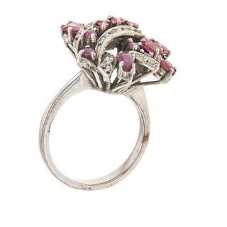 Anillo vintage con rubíes y diamantes en plata paladio. 15 rubíes corte oval y redondo. 11 diamantes facetados. Talla: 6. Pe...