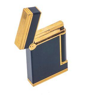 Encendedor Dupont. Cuerpo en acero dorado y laca. Peso: 80.8 g.
