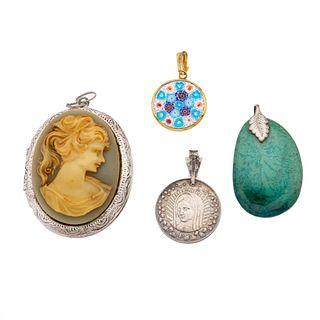 Tres pendientes y medalla con camafeo y simulantes en plata .925.  37.7 g.