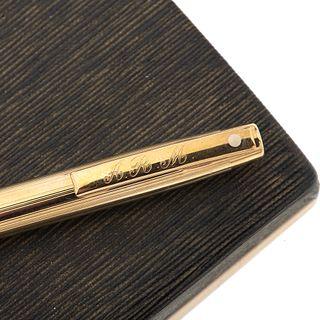 Lapicero marca Sheaffer. Cuerpo en acero dorado. Estuche original.