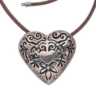 Collar y pendiente en plata .925 y gamuza. Diseño corazón. Peso: 28.2 g.