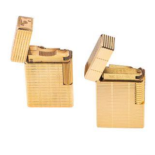 Dos encendedores marca Dupont y Zaima. Cuerpo en acero dorado. 193.8 g.