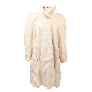 Abrigo. Siglo XX. Elaborado en piel color blanco. Con nombre borado al interior del forro. Talla aproximada: mediana.