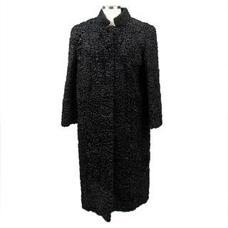 Abrigo largo. Siglo XX. Elaborado en piel de astracán color negro. Talla aproximada: mediana.