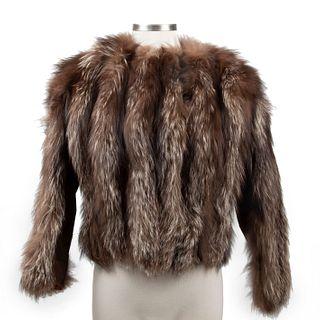 Saco. Siglo XX. Elaborada en piel de zorro plateado color marrón con luces grises. Con fondo color bermellón. Talla aproximada: Chica.