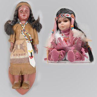Lote de 2 muñecas nativo americanas. Siglo XX. Elaboradas en porcelana y material sintético. Una Carson Doll y otra edición limitada.
