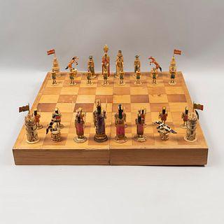 Juego de ajedrez. SXX Talla de hueso y madera. Fichas entintadas con diseño a manera de ejército español y mexica. Piezas: 33