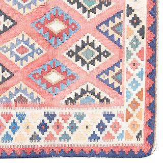 Tapete. Siglo XX. Estilo Kilim. Elaborado en fibras de lana. Decorado con motivos geométricos.