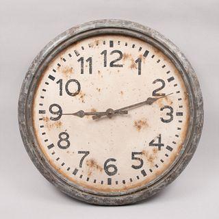Reloj de pared vintage. Mecanismo de cuarzo. Carátula blanca, índices arábigos y manecillas tipo pera.