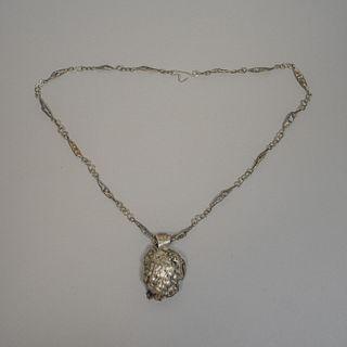 Collar con dije estilo Brutalista en metal plateado / Brutalist silverplate necklace with pendant