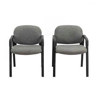 Par de sillones para oficina. Siglo XX. Estructura de material sintético y metal. Con respaldos cerrados, asiento en tapicería.