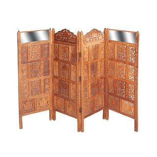 Biombo. SXX En talla de madera. A 4 páneles. Con 2 espejos de luna rectangular. Decorado con elementos calados y vegetales. 95 x 132 cm