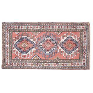 Tapete. Siglo XX. Estilo turcomano tribal. Anudado a mano en fibras de lana y algodón. Decorado con motivos geométricos.