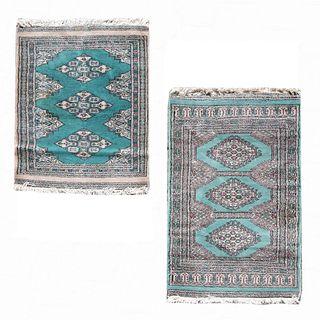 Lote de 2 tapetes. Siglo XX. Estilo bokhara. Elaborados en fibras de lana y algodón. Decorados con motivos geométricos.