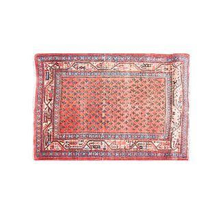 Tapete. Siglo XX. Estilo billar. Elaborado en fibras de lana y sintéticas. Decorado con motivos orgánicos en color carmín.