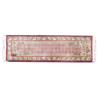 Tapete de pasillo. Siglo XX. Estilo pekin. Elaborado en fibras de lana y sintéticas. Decorada con motivos florales, vegetales.