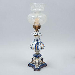 Lámpara de mesa. Siglo XX. Elaborada en porcelana Sevres. Electrificada para una luz. Con pantalla de vidrio. 48 cm altura