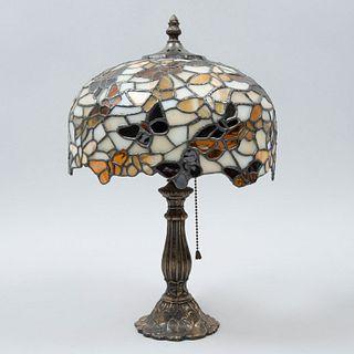 Lámpara de mesa. Siglo XX. Estilo Tiffany. Elaborada en antimonio. Electrificada para una luz. Con pantalla de vidrio emplomado.