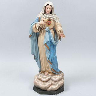 Virgen del Sagrado Corazón. Siglo XX. Elaborada en aglomerado estucado y policromado. Con manos y corazón removibles.