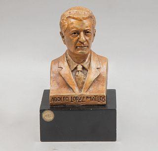 Ricardo Ponzanelli. Busto de Adolfo López Mateos. Firmada y fechada 1789. En resina moldeada con base de resina laqueada.