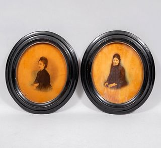Lote de 2 fotografías en cera. Retratos de damas Enmarcadas con marco oval 31.5 x 28 cm con marco