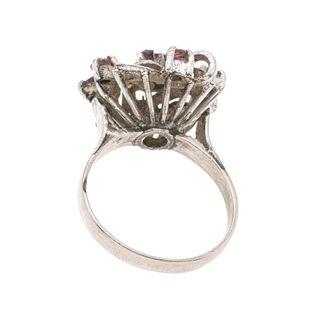 Anillo vintage con rubíes y diamantes en plata paladio. 7 rubíes corte oval y redondo. 4 diamantes corte 8 x 8. Talla: 7. Pe...