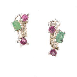 Par de aretes vintage con rubíes, esmeraldas y diamantes en plata paladio. 4 rubíes corte redondo. 2 esmeraldas corte rectangula...