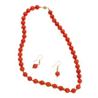 Gargantilla y par de aretes con corales rojos y metal base dorado. 45 esferas de corales. Peso: 56.8 g.