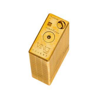 Encendedor Vinci en acero dorado. Grabado en cuadros y puntos. Estuche original.