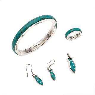 Brazalete, anillo, pendiente y par de aretes con turquesas en plata .925. 12 mosaicos de turquesas. Peso: 45.4 g.